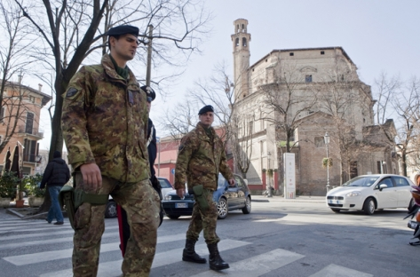 militari in strada con mimetica