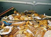 pane sprecato nell'immondizia